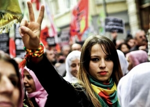 Young Kurdish woman gives the victory sign during a rally in Istanbul in solidarity with the Kurds fighting ISIS in Kobani, Syria (AFP / Ozan Kose)